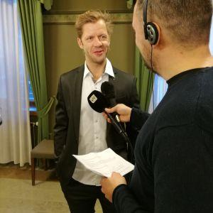 Tomi Kallio intervjuas av Yle Turkus Kalle Talonen