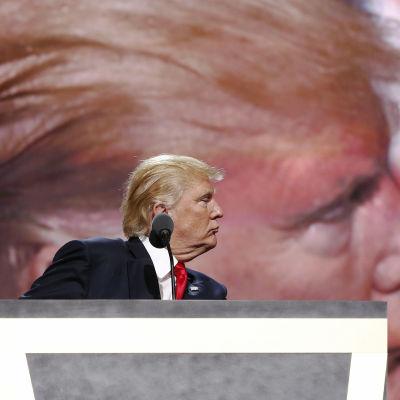 Donald Trump vid podiet.