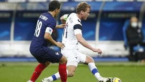 Wissam Ben Yedder och Rasmus Schüller kämpar om bollen