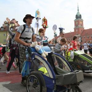 Fotgängare som deltar i pilgrimsfärd från Warszawa