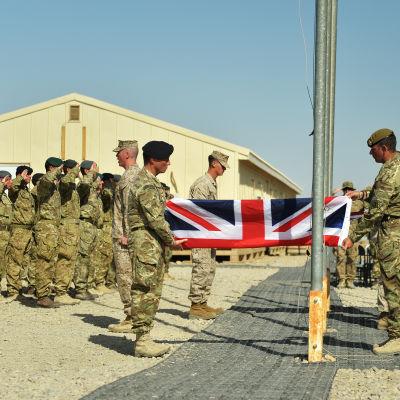 Stobritanniens, Förenta Staternas och Natos flagga halades för sista gången vid en ceremoni på en militärbas i Afghanistan den 26 oktober 2014.