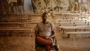 Elokuvateatterinhoitaja Abdikafi Mohamed Ibrahim telttakinossa