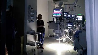 Ett rum i en sjukhus, det är mörkt, medicinsk utrustning med många skärmar lyser i bakgrunden. Man ser en siluett av en sköterska.