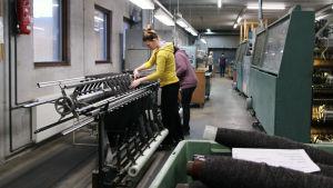 Pirtin kehräämön tuotantotilat Mikkelissä, työntekijöitä lankakoneen äärellä