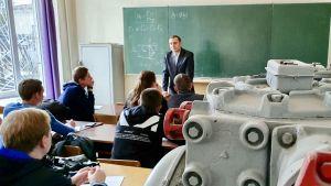 Ett klassrum i Donetsk nationella tekniska universitet i Pokrovsk. På bilden syns studenter och delar av en maskin som används inom gruvdriften i Donbass.