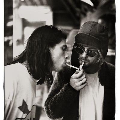 Dave Grohol och Krt Cobain i Nirvana tänder en cigarrett tillsammans.