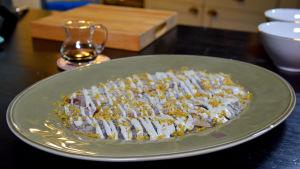 Sikfilé med vitlöksmajonnäs på grönt serveringsfat.