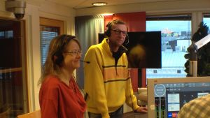 Carina Gräsbeck och Tetti Lundstén i studion.