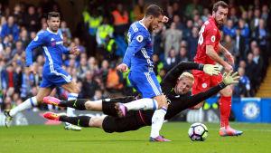 Eden Hazard gör mål bakom Kasper Schmeichel i Premier League.