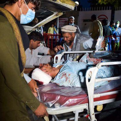 En skadad person ligger på en brits och blir tagen till sjukhuset.