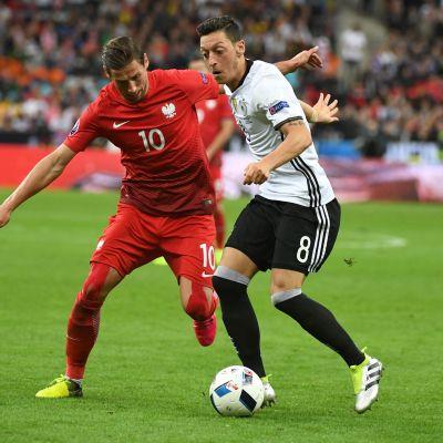 Puolan Grzegorz Krychowiak ja Saksan Mesut Oezil UEFA EURO 2016 EM-jalkapallo