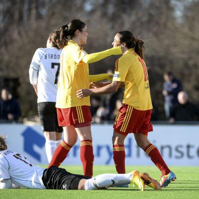 Marta och Madelaine Edlund firar mål i semifinalen mot SV Neulengbach.