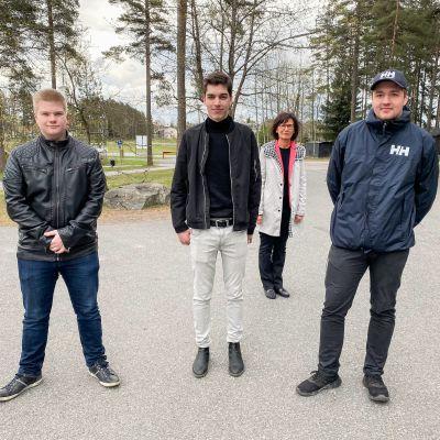 Pekka Kaukonen (vas.), Lauri Salo ja Simo Tamminen eivät yllättyneet yhtään koulunsa saamasta kunniasta. Kuvassa myös rehtori Mirja Rautavuori-Lehtinen.