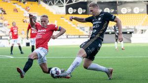 Mikko Hauhia och Joonas Sundman i närkamp under SJK-FC Lahti.