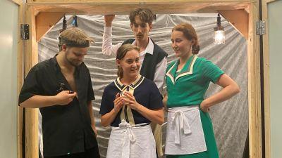 Fyra skådespelare på en scen.
