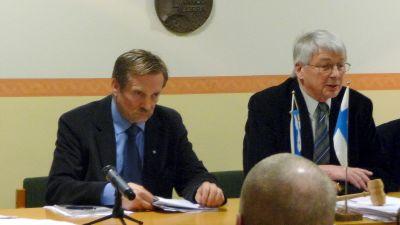 En modfälld Lars-Erik Staffans (t.v.) lämnade efter onsdagens fullmäktigemöte in sin ansökan om befriense från sina politiska uppdrag.