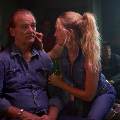 En fräsch Kate Hudson nyper en ärrad Bill Murray i kinden