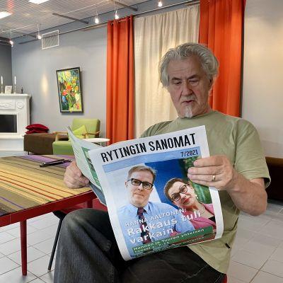 Suomussalmen Teatteri Retikan Eero Schroderus lukemassa kesäteatterin näytelmään tehtyä sanomalehteä.