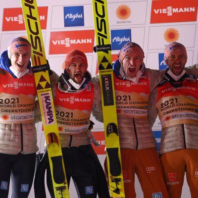Saksan joukkue voitti joukkuemäen MM-kultaa Oberstdorfissa 2021.