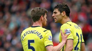 Kahdella joukkuekaverilla on erimielisyys jalkapallokentällä.