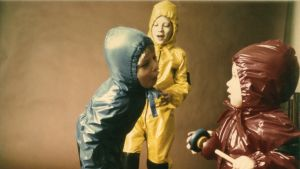 Bild på tre barn i halare från utställningen Made in Helsinki 1700-2012