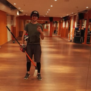 Robson Lindberg i en gymnastiksal där han håller i en hockeyklubba.