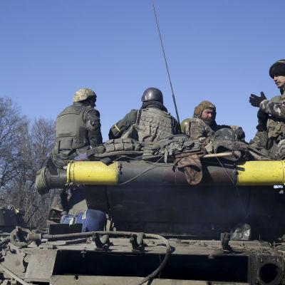 Ukrainska soldater retirerade från den erövrade staden Debaltseve i östra Ukraina den 18 februari 2015.