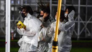 Fyra stycken kvinnor som bär regnponcho.