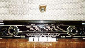 1960-luvun radion  etupaneeli, jossa on säätimet ja painikkeet (näppäin) sekä radiotaajuuksien merkit.