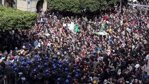 Demonstranter hindras från att ta sig vidare mot regeringskvarteren i Alger.