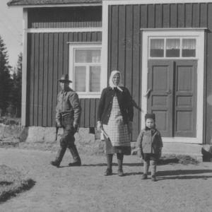 Mies, huivipäinen nainen ja kaksivuotias Pentti Kronqvist Fäbodassa