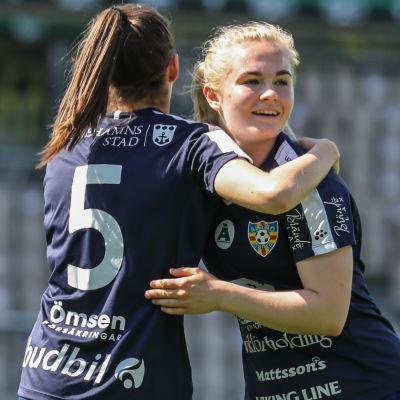 Dana Leskinen i Åland United firar mål.
