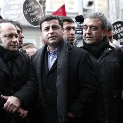 HDP-ledaren Selahattin Demirtas (andra från vänster) med partikamrater demonstrerar till minnet av den mördade turkisk-armeniske journalisten Hrant Dink den 19 januari 2016 i Istanbul.