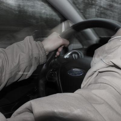 Händerna på ratten.