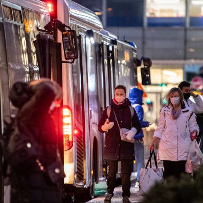 Ihmisiä poistuu ja menee bussiin Espoon Matinkylässä.