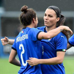 Italienska spelare firar mål.