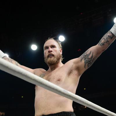 Robert Helenis höjer armarna och firar i ringen.