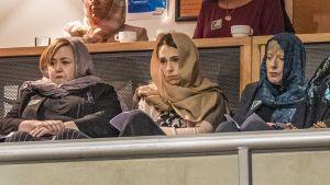 Nya Zeelands premiärminister Jacinda Ardern ( i mitten) deltog i en minnesstund för offren i en moské inför årsdagen för masskjutningen.