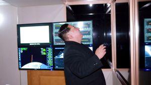 Den nordkoreanske ledaren Kim Jong-Un följde med uppskjutningen av en missil av typen Hwasong-15 den 29 november. Bilden publicerades följande dag av Nordkoreas statliga nyhetsbyrå KCNA.