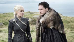 Game of Thronesin hahmot neuvottelevat rannalla.