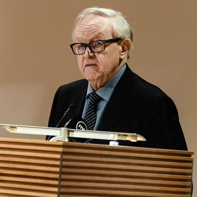 President Martti Ahtisaari bakom ett talarpodium.