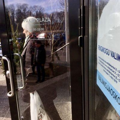 En äldre dam lämnar vallokalen i Paldiski under det estniska parlamentsvalet i mars 2019
