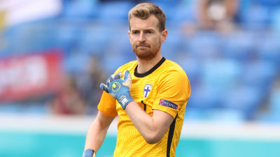 Lukas Hradecky vaktar målet i matchen mot Ryssland.