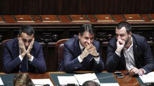 Italiens premiärminister Conte och hans två vicepremiärministrar Di Maio och Salvini under en parlamentsdebatt
