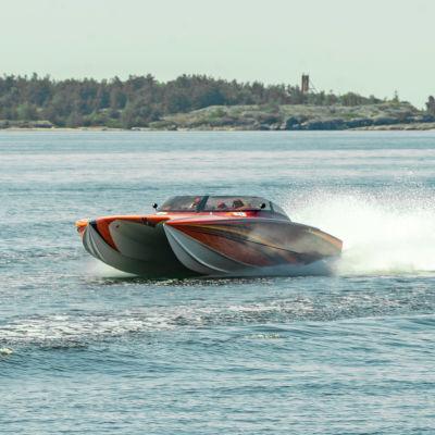 En racerbåt kör till sjöss.