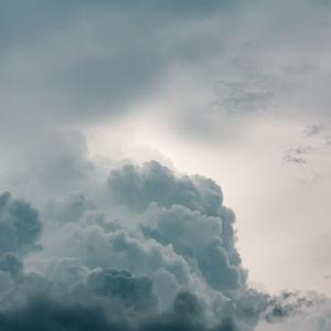 Gråa cumulusmoln innan regnstorm bryter ut.