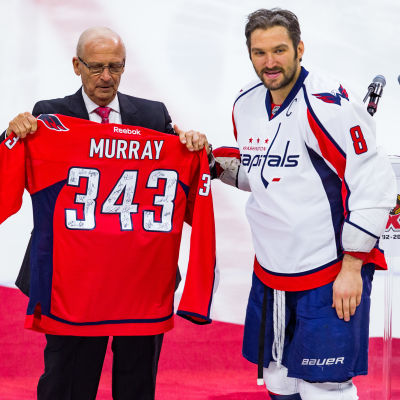 Bryan Murray får en Washington-tröja av Aleksandr Ovetjkin.