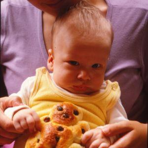 Mikko Perkoilan poika Kall vauvana, käsissään pulla, joka on pojan muotoinen.