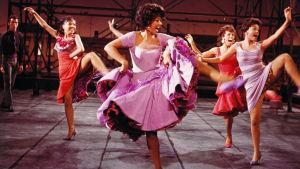 Rita Moreno ja muita tanssijoita elokuvassa West Side Story.