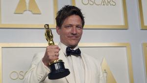 Thomas Vinterberg med en Oscarsstatyett i handen på Oscarsgalan 2021.